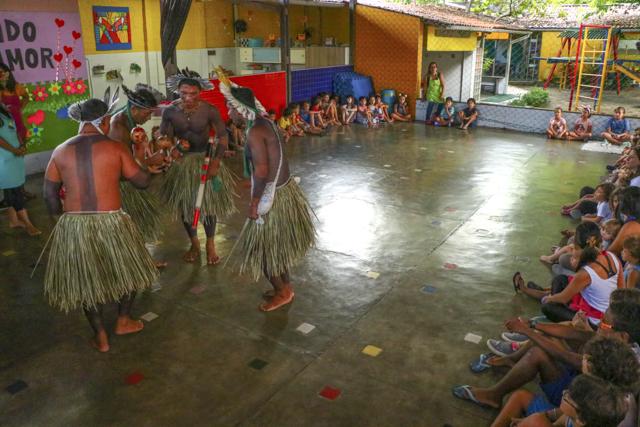 Indígenas dançando o toré